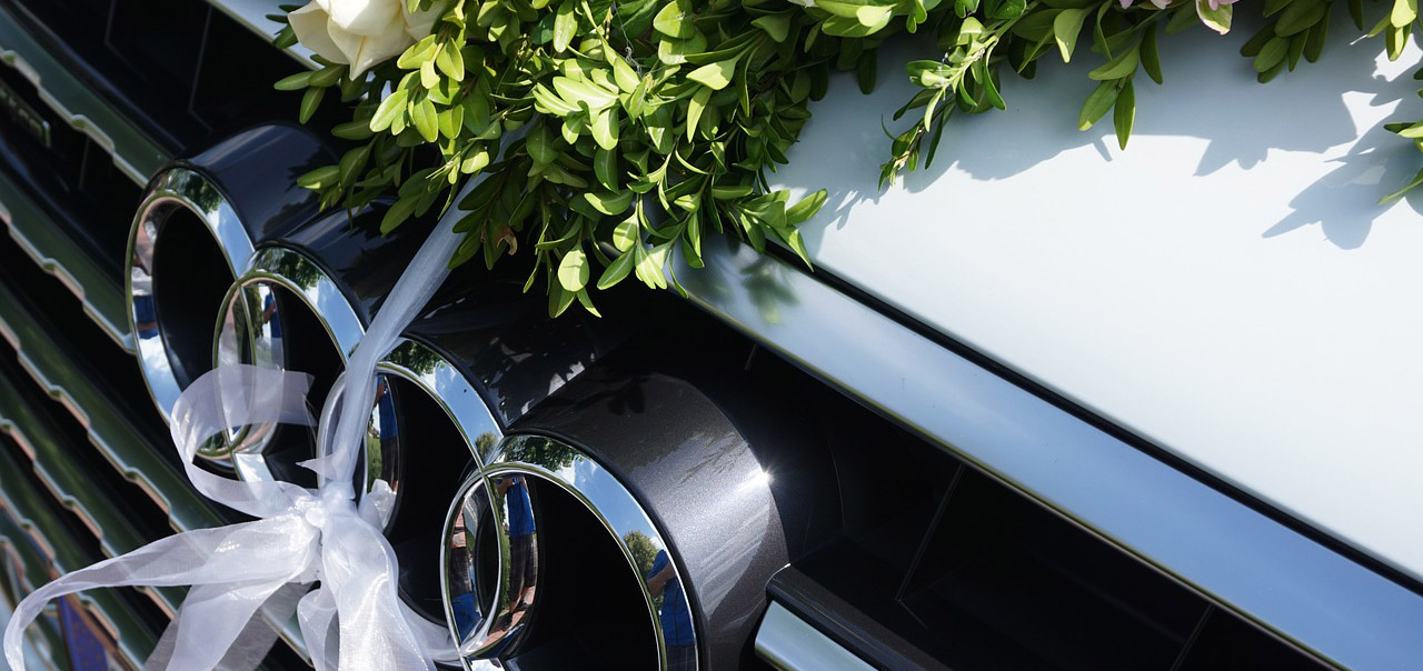 Транспорт украшенный для свадебных мероприятий